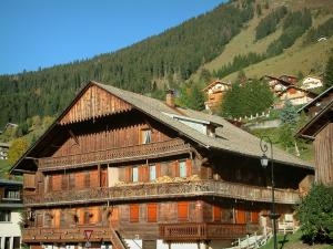Châtel - Ancient wooden chalet and perched houses of the village (winter and summer sports resort), forest, in Chablais