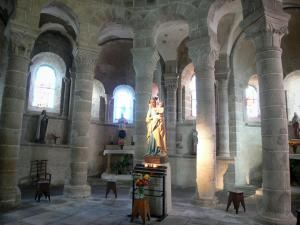 Châtel-Montagne church - Inside the Romanesque Notre-Dame church: Virgin and Child and columns with carved capitals