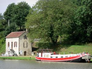 Châtillon-en-Bazois - Lock house on the edge of the Nivernais canal and barge