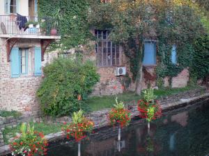 Châtillon-sur-Chalaronne - Facades of houses along River Chalaronne and flowers suspended above the water