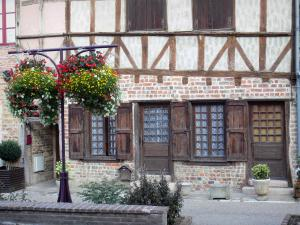 Châtillon-sur-Chalaronne - Facade of a timber-framed house and flowers