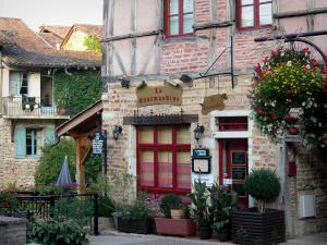 Châtillon-sur-Chalaronne - Houses and flowers in the medieval town