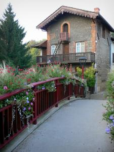 Châtillon-sur-Chalaronne - Small flower-bedecked bridge and house of the medieval town
