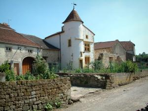 Châtillon-sur-Saône - Building with a turret, houses and vegetable gardens of the fortified village