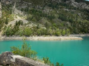 Chaudanne lake - Emerald-coloured lake (water reservoir), shores and trees; in the Verdon Regional Nature Park