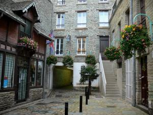 Cherbourg-Octeville - Stone houses in the old town
