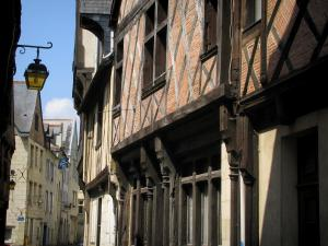 Chinon - Timber-framed houses and lamppost