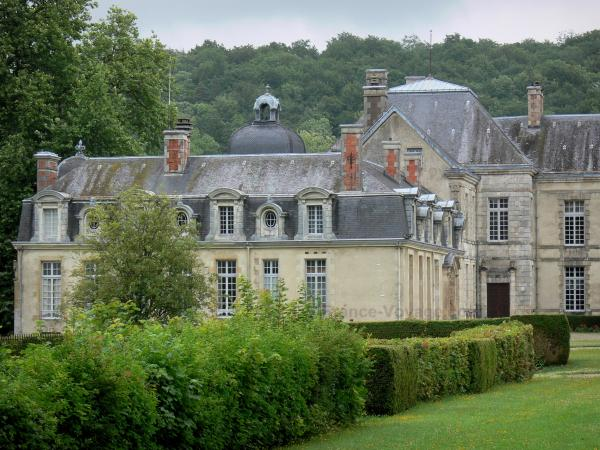 Cirey-sur-Blaise castle - Cirey castle surrounded by greenery, in the Blaise valley