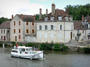 Clamecy - Leisure boat sailing on River Yonne and facades of houses along the Bethléem quay