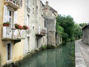 Clamecy - Facades of houses along the water