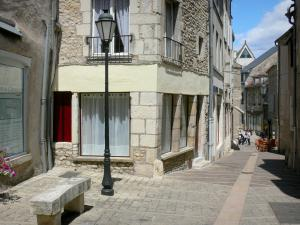 Clamecy - Alley in the old town with its houses facades