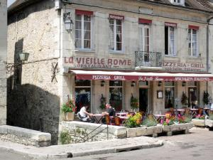 Clamecy - Flower-bedecked restaurant terrace