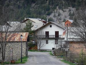 Clarée valley - Road and houses in the hamlet of Le Rosier (municipality of Val-des-Prés)