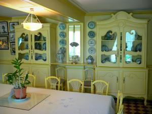 Claude Monet's house and gardens - Inside Monet's house, in Giverny: yellow dining room and its ceramic tableware