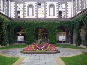 Clermont-Ferrand - Town hall and its flowered courtyard
