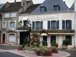 Cloyes-sur-le-Loir - Houses of the city, fountain decorated with flowers, lamppost