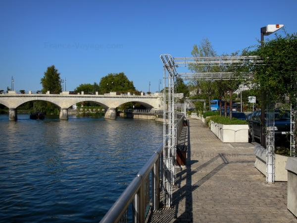 Cognac - Charente river, bridge and quay (promenade)