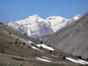 Col du Noyer pass - From the Col du Noyer pass, view of mountains with snowy tops (snow)
