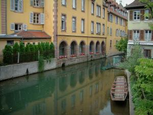 Colmar - Little Venice: case con facciate colorate e fluviali (Lauch) con una barca