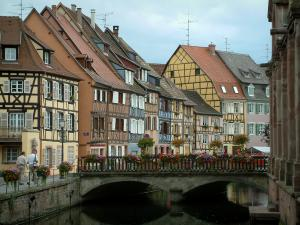 Colmar - Little Venice: ponte ornato sul fiume (Lauch) e colorate case a graticcio