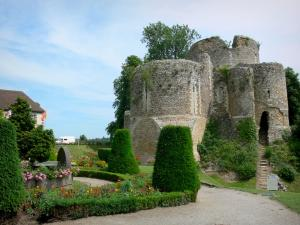 Conches-en-Ouche - Remains of the keep, and garden with flowerbeds and cut shrubs