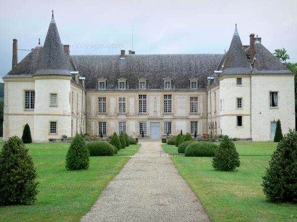 Condé-en-Brie - Facade of the Condé castle and its path lined with lawns and cut shrubs