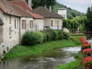 Condé-en-Brie - Houses along the river and flowers in the village