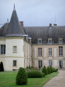 Condé-en-Brie - Facade of the Condé castle, lawn and cut shrubs
