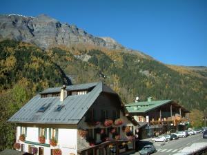 Les Contamines-Montjoie - Chalets of the village (ski resort) and the forest in autumn