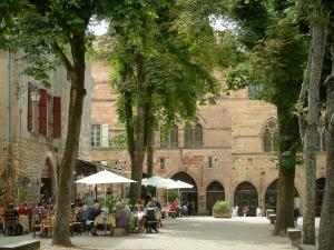 Cordes-sur-Ciel - The Bride square, the restaurant terrace, trees, the Prunet house containing the Sugar Art museum and house of the Grand Fauconnier (Falconer) house home to the town hall, as well as the Yves-Brayer museum (facades of Gothic style)