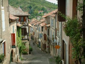 Cordes-sur-Ciel - Sloping street and houses of the city