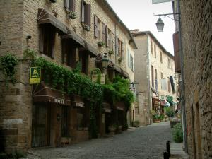 Cordes-sur-Ciel - Paved street and stone houses in the upper town