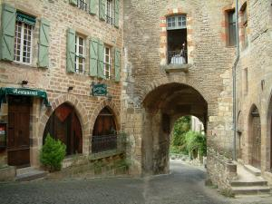 Cordes-sur-Ciel - Ormeaux gateway and stone houses in the medieval town