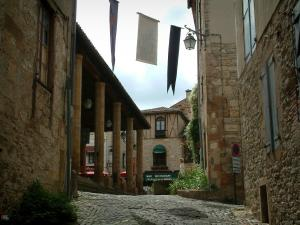 Cordes-sur-Ciel - Pavement, flags, covered market hall and stone houses in the upper town (Albigensian fortified town)