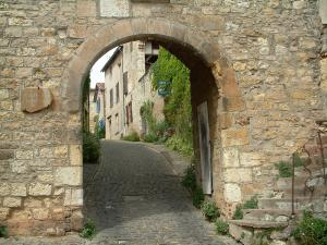 Cordes-sur-Ciel - The Horloge gateway and houses of the medieval town