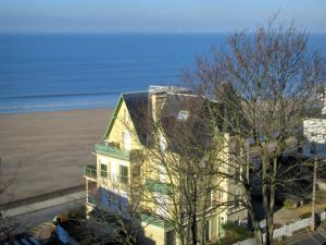 Côte Fleurie (Flower coast) - Trees and villa with view of the sandy beach, and the Channel (sea)