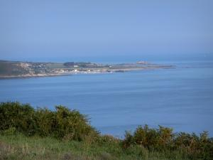 Cotentin coast - Caps road: view of the Channel (sea) and coast lined with houses; landscape of the Cotentin peninsula