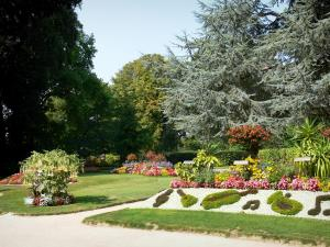 Coutances - Botanical garden: trees, flowerbeds, flowers and lawns
