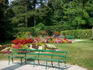 Coutances - Botanical garden: benches, lawn, flowerbeds, flowers, hedges and trees