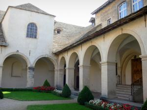 Crémieu - Former Augustins convent: cloister and flowerbeds