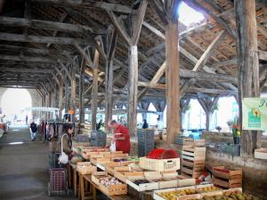 Crémieu - Under the medieval covered market hall: oak roof structure and market