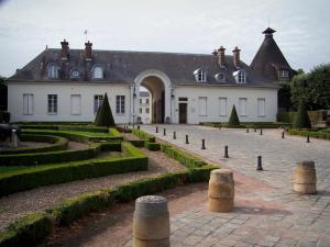 Le Creusot - Verrerie castle: entrance pavilion  home to the tourist center, ancient conical oven and path lined with flowerbeds