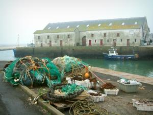 Le Croisic - Fishing nets, moored trawler and covered market hall