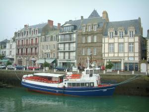 Le Croisic - Houses, quay and boat