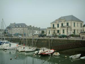Le Croisic - Boats and sailboats in the port, quay and houses
