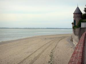 Le Crotoy - Bay of Somme: tower, sandy beach and sea