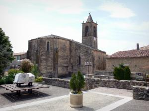 Cruis - Square with view of the chevet of the Notre-Dame-et-Saint-Martin abbey church