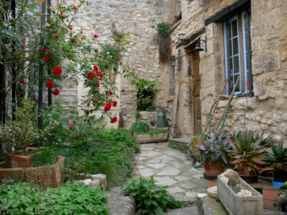 Dauphin   Casa In Pietra E Il Suo Ingresso Decorato Con Un Cespuglio Di Rose  (