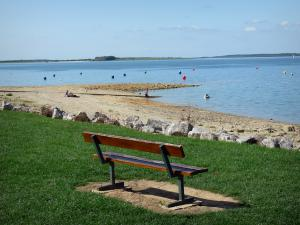 Der-Chantecoq lake - Bench with view of the lake (artificial lake) and its shores