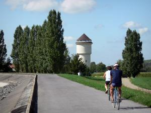 Der-Chantecoq lake - Cycling path (bicycle) on the dike, panoramic water tower (in Sainte-Marie-du-Lac-Nuisement) and trees